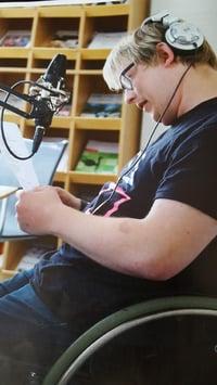 gutt med funksjonshemning i musikkstudio