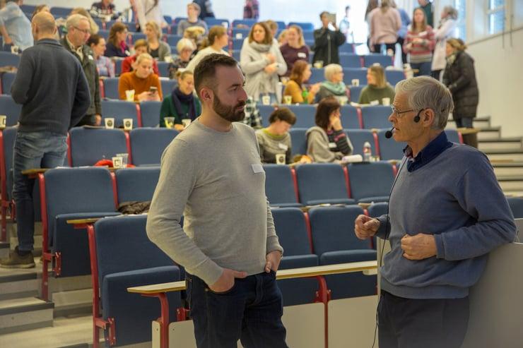 Per Brodal som snakker med en seminardeltaker om læring og hjernens plastisitet