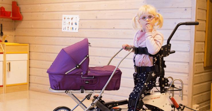 Jente med funksjonsnedsettelse i hjelpemiddel og dukkevogn. Hva er rett syndrome