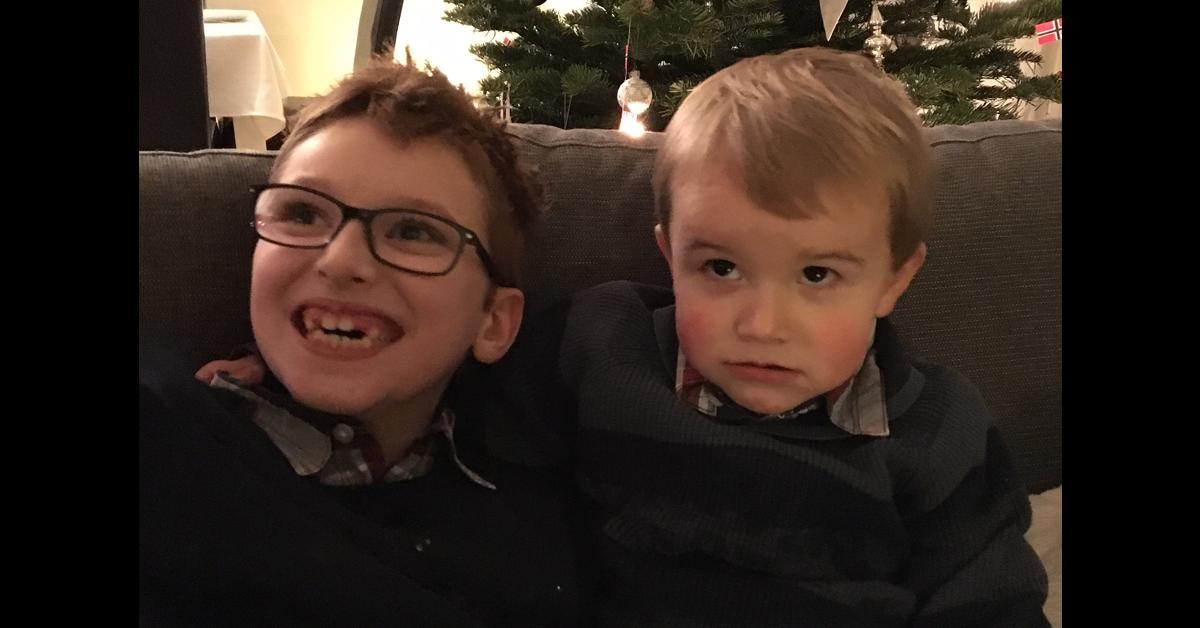 Brüder an Weihnachten.