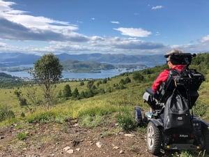kvinne i naturen rullestol
